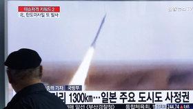 Kim Čong-un pozoruje test rakety.