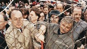 Jiří Dienstbier a Heinz-Dietrich Genscher přestřihávají plot železné opony
