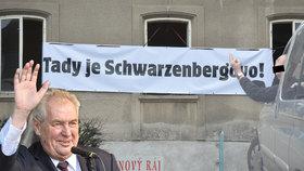 """Miloš Zeman navštívil Vrchlabí a Kostelec. """"Tady je Schwarzenbergovo,"""" hlásali jeho odpůrci."""