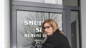 Ministryně pro místní rozvoj Karla Šlechtová před smuteční síní v Horažďovicích