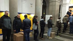 Lidé podávali daňová přiznání na poště v Jindřišské na Praze 1 na poslední chvíli.