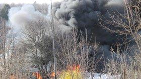 Požár skládky pneumatik a plastů ve Všemině na Zlínsku