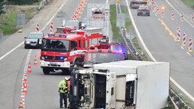 Levý pruh dálnice zablokoval na bok převrácený kamion.