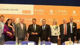 Vedení ČSSD v čele s premiérem Bohuslavem Sobotkou (čtvrtý zleva). Vpravo vedle něj německý vicekancléř Sigmar Gabriel