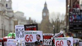 Dav několika tisíc lidí vyzýval v sobotu 9. dubna premiéra Davida Camerona k rezignaci. Zapletl se do kauzy Panama Papers.