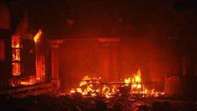V Indii shořel hinduistický chrám, část se zřítila. Oheň zabil desítky lidí, stovky zranil. Příčinou je zřejmě ohňostroj.