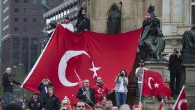 Masový konflikt v Německu: Stovky Turků se střetly s Kurdy