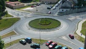 Silnice patří obcím, pozemky pod nimi ale ne. Novela přinese šanci na dotace.