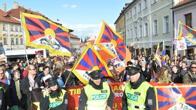 Demonstrace s tibetskými vlajkami během návštěvy čínského prezidenta v Praze