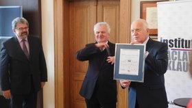 Václav Klaus předal cenu svého institutu ekonomovi Dušanu Třískovi.
