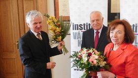 Klaus ocenil ekonoma a svého někdejšího náměstka Dušana Třísku. Slavnostního aktu se účastnila i Livia Klausová.