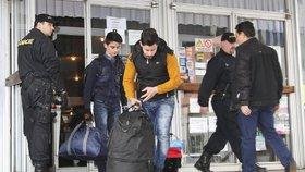 Iráčtí uprchlíci, kteří chtěli z Česka do Německa, ale chytili je u hranic
