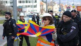 Tibetské vlajky se objevily po celé Praze.