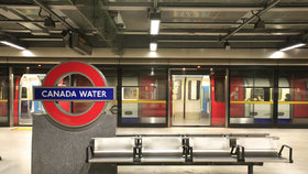 Cestující v londýnském metru si už zanedlouho budou moci zpříjemnit cestu telefonováním. Ostatní cestující ale připraví o poslední baštu ticha, které mobilní telefony neruší.