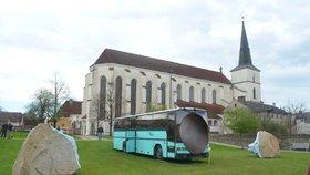 Podle některých obyvatel Litomyšle autobus a kufry auta s nárazníkem prostředí Klášterních zahrad mezi dvěma středověkými kostely hyzdí a žádají o odstranění děl.