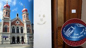 Synagoga v Plzni se stala obětí nechutného vandala.