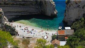 Chorvatský Vis je opravdovým rájem na Zemi. O to je jeho ničení takovým bezohledným chováním smutnější