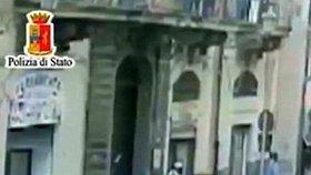 Cosa Nostra střílí uprchlíky na ulici.