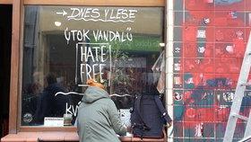 Z fasády Café V lese zmizely díky dobrovolníkům neonacistické symboly a výhrůžky.