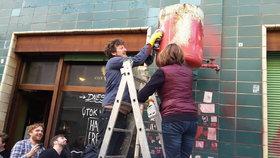 Z fasády Café V lese zmizely neonacistické symboly a výhrůžky.
