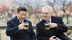 Prezident Miloš Zeman (vpravo) a jeho čínský protějšek Si Ťin-pching si 30. března na závěr Si Ťin-pchingovy návštěvy ČR připili pivem na terase Strahovského kláštera v Praze.