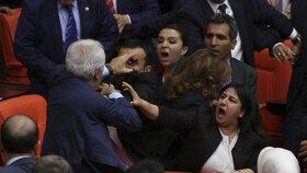 Rvačka mezi tureckými poslanci: Pustili se do sebe členové vládní AKP a Kurdové (HDP).