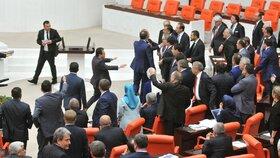 Rvačka v tureckém parlamentu: Mezi poslanci vládní AKP a opoziční kurdské HDP
