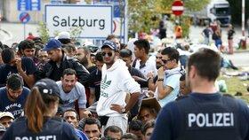 Rakouská policie dohlíží na migranty nedaleko hranic s Německem.