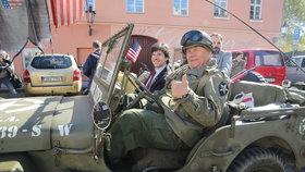 Konvoj s desítkami historických vozidel americké armády dnes v Praze připomněl osvobození Československa na konci druhé světové války.