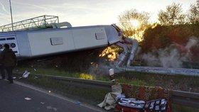 Autobus na Chomutovsku po nehodě skončil v parovodu.