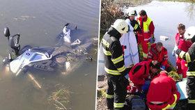 Motorkář spadl po nehodě do rybníka: Skončil v umělém spánku