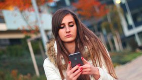 Používání smartphonu za chůze – ilustrační foto