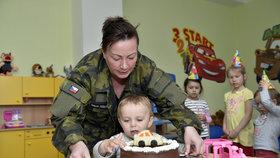 Ivana Zemanová navštívila vojenskou školku. Mateřská škola je součástí projektu ministerstva obrany. Navštěvuje ji 22 capartů.