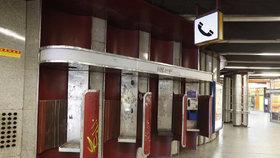 Ze čtyř automatů slouží na Karlově náměstí v Praze už jen jeden.