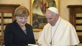 Papež František převzal prestižní cenu Karla Velikého.