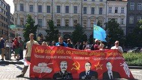 Jakub Němec, Zuzana Vaňková a Tomáš Pixa přišli protestovat s obrovským transparentem.