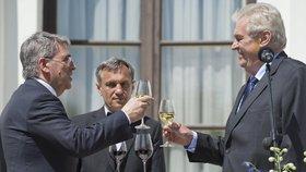 Prezident Miloš Zeman při přípitku s velvyslancem na ruské ambasádě (9. 5. 2016)