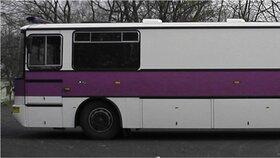 Tímto fialovým autobusem byl Kramný převezen z Ostravy do Olomouce.