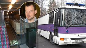 Petr Kramný se postaví před odvolací soud. K němu ho z vazby v Ostravě převezl do Olomouce autobus, zvaný ponorka.