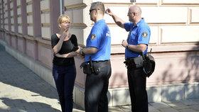 Advokátka Klára Long Slámová diskutuje se strážníky