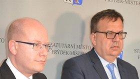 Premiér Bohuslav Sobotka a ministr průmyslu a obchodu Jan Mládek (oba ČSSD)