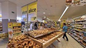 Supermarkety zvyšují platy. Chybí jim zaměstnanci.