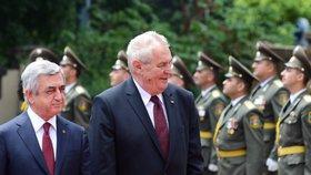 Prezident Miloš Zeman navštívil Arménii. Po jeho boku arménský exprezident  Serž Sargsjan.