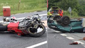 Dva lidé zemřeli při srážce auta s motorkou se severním Plzeňsku.