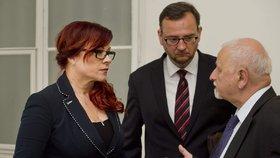 Obvodní soud pro Prahu 1 projednával 13. června obžalobu někdejší šéfky kabinetu premiéra Petra Nečase Jany Nagyové (dnes Nečasové) a dalších obviněných v kauze zneužití Vojenského zpravodajství. Na snímku je Nečasová s manželem před začátkem soudu. Vpravo je její advokát Eduard Bruna.