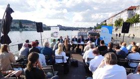 Debaty na pražské náplavce o vodě a hrozbě sucha se zúčastnil ministr životního prostředí Richard Brabec a řada expertů