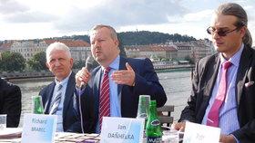 Debaty na pražské náplavce o vodě a hrozbě sucha se zúčastnil ministr životního prostředí Richard Brabec a řada expertů.