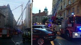 Sedm hasičských jednotek hasilo požár v centru Prahy: Opravovanému domu chytla střecha.