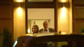 Kníže a jeho dámský doprovod opouštějí řeckou restauraci. Prý šlo o ryze pracovní schůzku týkající se politiky.