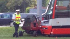 V Dejvicích se srazila tramvaj se sekačkou na trávu!